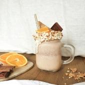 [Recette]: Un frappé lait-orange 100% Villars. 🍫🍊 Réalise ta recette de frappé maison ou viens te la procurer dans notre boutique à Fribourg ou par click & collect sur notre e-shop!   Ingrédients :  Il te suffit de 4 carrés de chocolat Villars (lait-orange),  puis 170g de glace au chocolat au lait Villars & Suard, puis 1dl de lait   Recette:  Ajoute les 4 carrés de chocolat dans ton mixer  Incorpore les 170g de glace au chocolat Verse le lait  Mixe le tout   Pour plus de gourmandise, n'hésite pas à y ajouter un décor savoureux !   Partage-nous ta création de frappé gourmand avec le hastag #Villarsmoment ! . Rezept]: Ein Milch-Orangen-Frappé - 100% Villars.🍫🍊 Mache dir dein hausgemachtes Frappé oder hole es dir in unserem Geschäft in Freiburg oder per Click & Collect in unserem E-Shop!   Zutaten:  4 Villars-Schokoladenstücke (Milch-Orange)  170g Villars & Suard Milcheis 1dl Milch   Rezept:  Gib die 4 Schokoladenstücke in deinen Mixer  Füge die 170g Eis hinzu  Giesse die Milch rein  Vermische das Ganze  Für noch mehr Köstlichkeit, füge eine leckere Dekoration hinzu!   Teile deine Kreation mit uns mit dem Hashtag #Villarsmoment! . #été#summer#frappé#gourmand#gourmandise#momentgourmand#glacechocolat#yummy#chocolatorange#orange#fruit#frappégourmand #partagedechocolat @malikus_