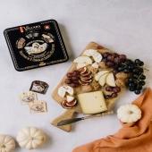 Et si tu te laissais tenter par notre assortiment de trois chocolats à l'ancienne : Lait, Lait-Bricelet et Noir. Quel chocolat mangerais-tu en premier ? 🍫🍂  . Probiere mal unser Sortiment aus drei nach alter Tradition hergestellten Pralinen: Milch, Milch-Bretzeli und zartbitter Schokolade. Welches würdest du am ersten essen ? 🍫🍂 .  #villarsmoment#automn#chocolat#villarschocolat#suisse#switzerland#chocolatsuisse#fribourg#chocolatfribourgeois#biscuit#bricelet#chocolatbricelet#tradition#depuis1901