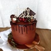 """Happy 120 ans ! Impossible de passer à côté d'un gâteau gourmand soooo Villars...As-tu reconnu de quoi il est composé ? Réalise facilement tes créations avec nos pistoles de chocolat lait & noir ! Qui sera le prochain à réaliser un gâteau gourmand ? Mentionne notre #villarsmoment si tu es prêt(e)s à relever le défi !""""👩🍳🧑🍳 . Happy 120 Jahre! Es ist unmöglich, einen soooo genussvollen Villars-Kuchen zu verpassen... Hast du erkannt, woraus er gemacht ist? Mit unseren Kuvertüren-Chips aus Vollmilch- und Zartbitterschokolade kannst du ganz einfach deine eigenen Kreationen herstellen! Wer wird der nächste sein, der eine Kuchen herstellt? Erwähne unseren #villarsmoment, wenn du bereit bist, dich dieser Herausforderung zu stellen!""""👩🍳🧑🍳 . #chocolatvillars120ans#chocolatvillars#villars#gateauvillars#gateaugourmand#têteauchoco#chocolatalaliqueur#defis#patisserie#food#fribourg#suisse#yummy#gateaudanniversaire"""