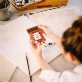 """Nos tablettes 50g sont spécialement conçues pour une petite pause gourmande. Et toi, quelle est ta pause gourmande idéale ?🍫🖌 . Unsere 50g Tafeln sind speziell für eine kleine Pausen gemacht. Und was ist deine ideale Gourmet-Pause? 🍫🖌 . """"#printemps #momentgourmand #partage #villarsmoment #activities #peinture #hobby #chocolatvillars #swisschocolate #villarschocolate #savoirfaire #savoirfairesuisse #bio #gourmandise #swisswhips #milkchocolate #palmoilfree #fribourg #chocolat #chocolatsuisse #cadeau #ideecadeau #gourmandise #dejeuner #partagedechocolat #goodmorning @danielabistrain"""""""